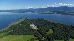 Die Insel Herrenchiemsee mit dem gleichnamigen Märchenschloss. - Foto: Chiemsee-Alpenland Tourismus