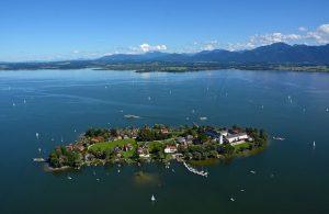 Auf der Fraueninsel liegt ein Fischerdorf und das Kloster Frauenwörth mit Campanile. - Foto: Chiemsee-Alpenland Tourismus