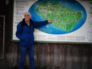 Gästeführer Konrad Hollerieth verrät vor jeder Insel-Führung an der Schautafel, worauf er später im Detail eingeht. - Foto: Dieter Warnick