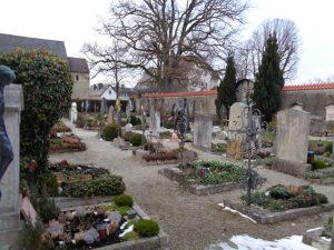 Auf dem Inselfriedhof nördlich der Klosterkirche liegen viele Künstler und Gelehrte begraben, neben dem Chiemseemaler Max Haushofer etwa die Schriftsteller Wilhelm Jensen und Felix Schlagintweit. - Foto: Dieter Warnick