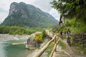 Im Tessiner Verzascatal, Herz des Schweizer Kantons, liegen oft nur ein paar Meter zwischen Kraftakt und Abkühlung. – Foto: Ticino Turismo / Christof Sonderegger