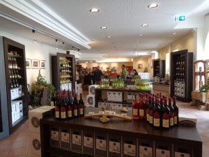 Der Genossenschafts-Winzerkeller im malerischen Weindörfchen Reicholzheim lädt zu Verkostungen und Verkauf ein. – Foto: Dieter Warnick