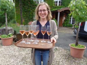 Die ehemalige badische Weinkönigin Corina Benz vom Weingut Benz in Lauda-Königshofen präsentiert einen herrlich frischen Secco. – Foto: Dieter Warnick