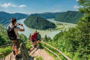 Römerskulpturen weisen Besuchern im Römerpark Schlögen den Weg - beispielsweise hinauf zum berühmten Schlögener Donaublick. - Foto: Tourismusprojekt Römerspuren/Oberösterreich Tourismus GmbH / Hochhauser