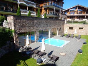 """Im Resort """"Das Wildkogel"""" kann der Gast vom Indoor-Pool nach außen gelangen. – Foto: Dieter Warnick"""