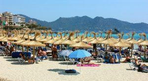 Cala Millor - Strand vor bergiger Kulisse. Foto: pixabay.com | WikimediaImages