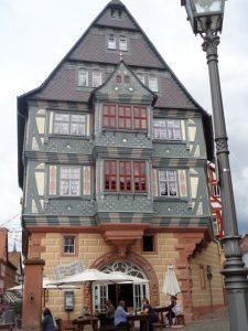 """Das alt-ehrwürdige Gasthaus """"Zum Riesen"""" in Miltenberg ist das älteste Gasthaus Deutschlands. – Foto: Dieter Warnick"""