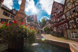 """Dieses Ensemble aus romantischem Marktbrunnen und historischen Fachwerkhäusern, """"Schnatterloch"""" genannt, ist ein Glanzstück der Miltenberger Stadtkulisse. – Foto: Churfranken e.V. / Dominik Stapf"""