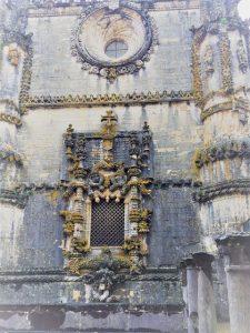 Das Fenster wie insgesamt die Kirche des Castello e Convento gilt als ein Meisterwerk der Manuelinik.