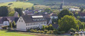 Inmitten von Wiesen, Wald und Feldern liegt das Landidyllhotel Klostermühle in Münchweiler an der Alsenz. – Foto: Michael Meyer Photographie