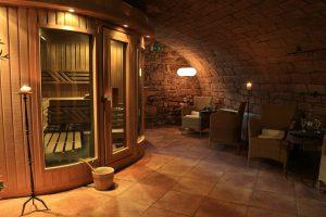 In der kleinen Sauna finden Sandstein und Feldstein aufeinander. – Foto: Michael Meyer Photographie