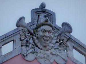 In Sitio, einst Viertel der besseren Gesellschaft von Nazaré, gab es ein Theater. Das Gebäude ist heute Teil des Krankenhauses. Eine Steinmetzarbeit weist auf die frühere Funktion hin.