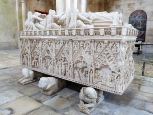 Ein Juwel der Steinmetzkunst in der Abteikirche: das Grabmal von Ines de Castro. Ihr gegenüber liegt der portugiesische König Dom Pedro I.