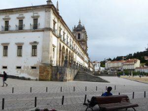 Die über 220 Meter lange Front der zum Welterbe zählenden Abtei Santa Maria in Alcobaca Das Hauptschiff der Kirche ist das längste in Portugal und besticht vor allem durch seine Schlichtheit.