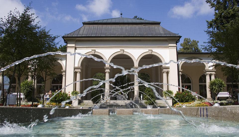 Brunnen vor den Arkaden im Kurgarten von Bad Steben. – Foto: Reinhard Feldrapp