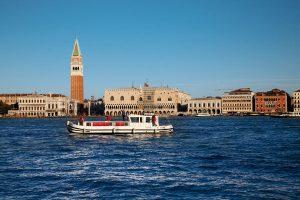 Mit einer Pénichette in Venedig unterwegs zu sein ist etwas ganz Besonderes. – Foto: Locaboat Holidays | © by Martin Schulte-Kellinghaus
