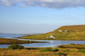 Achill Island, eine Insel in der Grafschaft Mayo, ist von Torfmooren bedeckt. Eine der Sehenswürdigkeiten: eine Megalithanlage, die während des 4. und 3. Jahrtausends v. Chr. im Neolithikum errichtet wurde. Foto: © Tourism Ireland