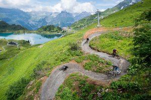 Serpentinen mit Gletscherblick – der Jochpass Trail oberhalb von Engelberg bereichert seit Kurzem das Bike-Angebot im Zentralschweizer Klosterdorf. – Foto: Engelberg-Titlis Tourismus / Roger Gruetter