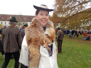 ... – erfahrene Wallfahrerin mit Schal. Der Fuchs um den Hals soll an kalten Tagen die Teilnehmerinnen wärmen. - Foto: Dieter Warnick