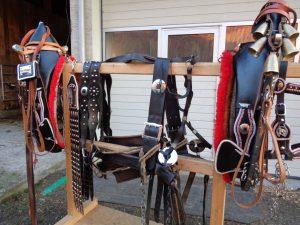 Auch das Pferdegeschirr wird auf Hochglanz gebracht. - Foto: Dieter Warnick