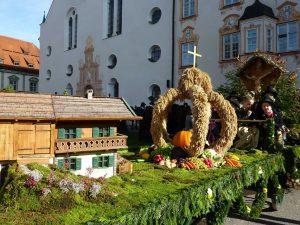 Leonhardiwagen mit Erntekrone. - Foto: Gäste-Information Benediktbeuern