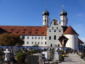 Das Kloster Benediktbeuern ist eine ehemalige Abtei der Benediktiner und heute eine Niederlassung der Salesianer Don Boscos in Benediktbeuern, gehört zur Diözese Augsburg und liegt unweit des Kochelsees. - Foto: Gäste-Information Benediktbeuern
