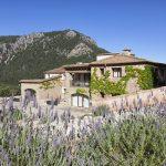 Am Hang des Tramuntanagebirges im Nordosten Mallorcas thront das Fincahotel Albellons Parc Natural. - Foto: fincahotels.com