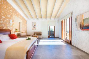 Sonnendurchflutet: Eines von 16 Zimmern des Landhotels Albellons Parc Natural. – Foto: fincalhotels.com