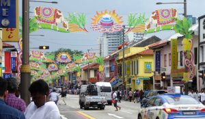 Little India ist eines der lebhaftesten Vierteln Singapurs mit einer Mischung aus Hindu- und chinesischen Tempeln, mit Moscheen und Kirchen, mit Tandoori-Restaurants, Goldschmieden und Sari-Geschäften.