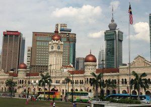 Kuala Lumpur ist Malaysias administratives, kulturelles und ökonomisches Zentrum. Dort liegt auch der Bahnhof im viktorianischen Stil und wird von Minaretten, Kirchtürmen, Pagoden, Tempeln, Hochhäusern und nicht zuletzt den Petronas Towers (im Hintergrund Mitte) überragt.