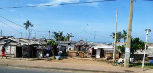 Außerhalb des historischen Stadtzentrums zeigt das multiethnische und multikulturelle Colombo eine andere Seite. Inmitten der Hütten fällt der gekreuzigte Christus auf.