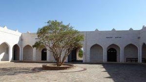 Das Museum des Weihrauchlands bietet einen kurzen Überblick über die Geschichte Omans und des Weihrauchhandels; zum anderen jedoch dient es dem Lob und Preis des Sultans. In Museums Nähe befindet sich die Ausgrabungsstätte des antiken Weihrauchhafens Al-Baleed, der zum UNESCO-Weltkulturerbe gehört.