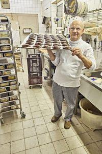 Arnd Erbel stellt zusammen mit seinem Team in der Hochsaison bis zu 1000 Lebkuchen am Tag her – alles in Handarbeit. - Foto: www.bayern.by / Gert Krautbauer
