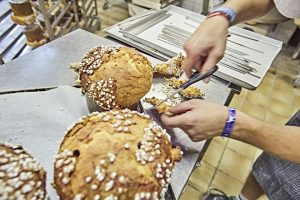Panettone wird traditionell in der Weihnachtszeit verzehrt. Auch in der Zubereitung dieser Mailänder Kuchenspezialität ist Arnd Erbel ein Meister seines Fachs. - Foto: www.bayern.by / Gert Krautbauer
