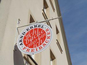 Ich backe also bin ich: dieses Schild über der Tür zur Bäckerei kommt ziemlich philosophisch daher. - Foto: Dieter Warnick
