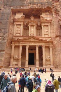 """Am Ausgang der Schlucht steht das berühmteste Bauwerk Petras, das fast 40 Meter hohe und 25 Meter breite """"Schatzhaus des Pharao"""", das in Wirklichkeit eines der zahlreichen Felsgräbern ist."""