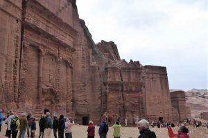 Entlang der einstigen Hauptverkehrsachse Petras haben die in den Fels gehauenen Grabtempel die Jahrtausende überdauert haben, während die Wohnhäuser der Nabatäer längst zerfallen sind.