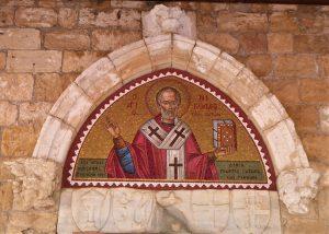 Vom Orient zum Okzident. Geographisch gehört Zypern zwar zu Asien, aber politisch und kulturell zu Europa. Der christliche Heilige aus byzantinischer Zeit dokumentiert die Zugehörigkeit Zyperns und Limassols zur abendländischen Kultur.