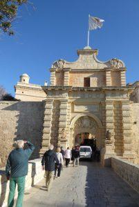 In Mdina scheint die Zeit still zu stehen. Tagsüber gibt es einige Besucher, die durch das Stadttor schlängeln; ansonsten präsentiert sich der Ort mit seinen schmalen Gassen und den aus dem typischen sandfarbenen Kalkstein errichteten Palästen und Kirchen nahezu menschenleer.