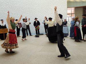 Folkloretänze und Volksmusik zum Empfang und zur Begrüßung in Porto. Die zum Tanz getragene Tracht unterscheidet sich durch Schmuck, den verwendeten Stoffen und Kopfbedeckungen von der Alltagskleidung.