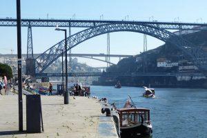 Porto ist mit dem Südufer über sechs Brücken verbunden. Bedeutsam ist die Bogenbrücke Ponte Dom Luis I im historischen Zentrum und die Ponte Maria Pia, die von Gustave Eiffel mit entworfen wurde.
