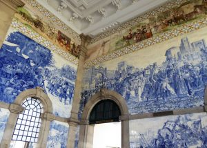 Der Bahnhof São Bento wurde 1930 mit außergewöhnlichen Azulejo-Bildern gestaltet, die historische Szenen und das Alltagsleben auf dem Land oder die Geschichte des Transportwesens darstellen.