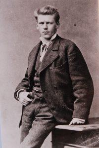 Intensiver Blick, Bürstenschnitt: Selbstbewusst schaut Emanuel von Seidl in die Kamera. Um 1896. - Foto: Schloßmuseum Murnau Bildarchiv