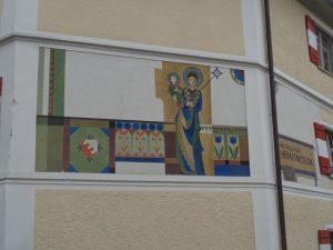 Das Westallgäuer Heimatmuseum in Weiler hat auch auf der Außenfassade eine Menge zu bieten. – Foto: Dieter Warnick