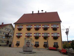 Das 1681 errichtete Rathaus von Weiler ist ein schmuckes Gebäude, das zuvor als Amtshaus genutzt wurde. – Foto: Dieter Warnick
