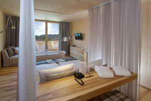 Im Alpin-Zimmer 3000 ist die Badewanne in den Wohnbereich integriert. – Foto: Hotel Tannenhof