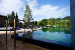 Wasserratten kommen im ganzjährig beheizten Freibad voll auf ihre Kosten. – Foto: Hotel Tannenhof