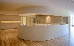 Auch die Wellness-Rezeption ist überaus großzügig gestaltet worden. – Foto: Hotel Tannenhof