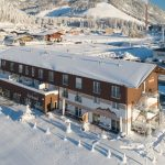 Das fairhotel von oben mit tief verschneitem Hochfilzen. - Foto: fairhotel