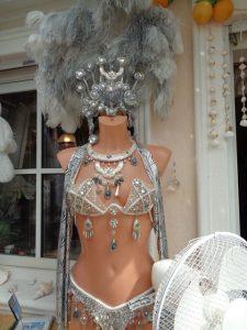 Show-Kostüme werden individuell angepasst. – Foto: Dieter Warnick